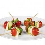 Pinchitos de Tomate, Mozzarella, Aguactate y Albahaca