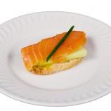 Tostadita con Salmon Ahumado y Pepino